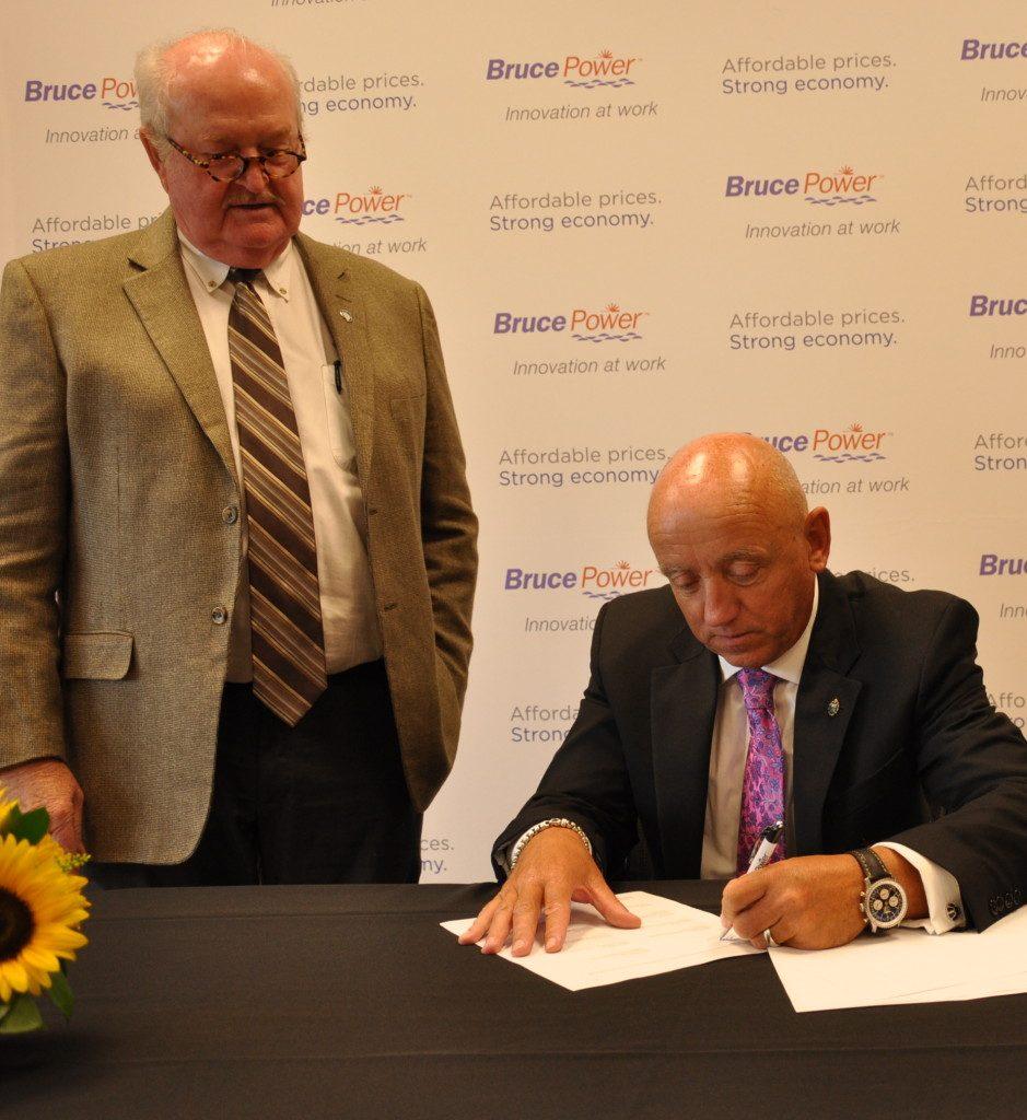 Duncan Hawthorne Pat Dillion sign Memorandum of Understanding between Bruce Power and Building Trades